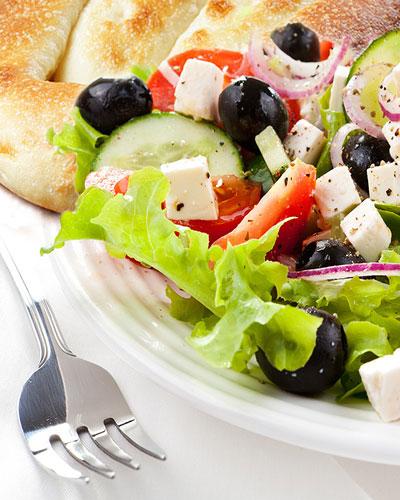 Кулинарные рецепты: матнакаш с салатом из брынзы