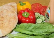 Начинять питу можно овощами и соусом